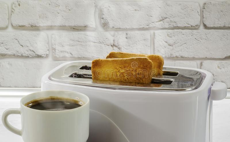 Ένα φλιτζάνι του καφέ και μια φρυγανιά σε ένα toaster2 στοκ φωτογραφία με δικαίωμα ελεύθερης χρήσης