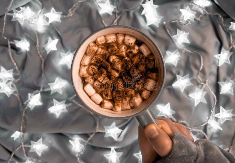 Ένα φλιτζάνι του καφέ με τα marsmallows και τα φω'τα αστεριών στοκ εικόνες με δικαίωμα ελεύθερης χρήσης