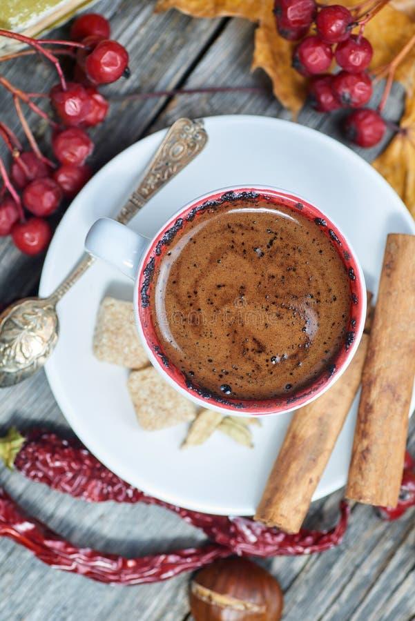Ένα φλιτζάνι του καφέ με το τσίλι στοκ εικόνες