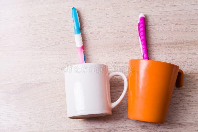 Ένα φλυτζάνι οδοντοβουρτσών στοκ εικόνες