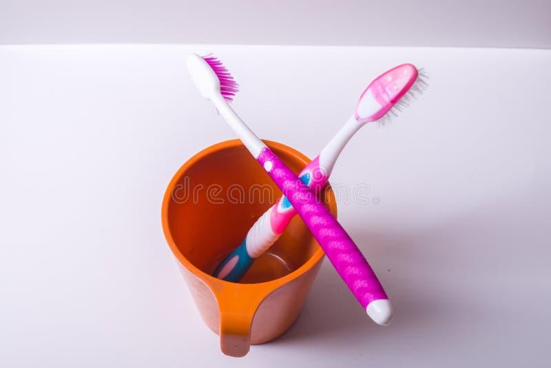 Ένα φλυτζάνι οδοντοβουρτσών στοκ φωτογραφίες