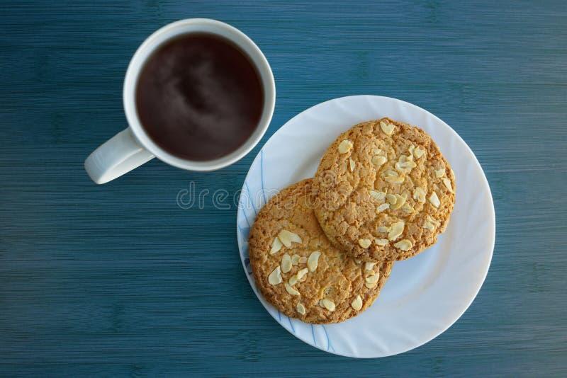 Ένα φλυτζάνι τσαγιού και δύο μπισκότων στοκ εικόνες