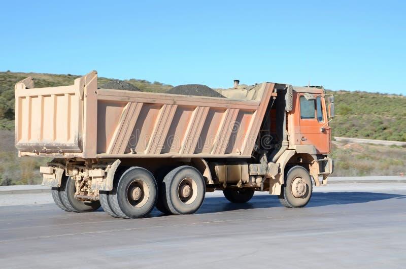 Πορτοκαλί φορτηγό απορρίψεων στοκ εικόνα