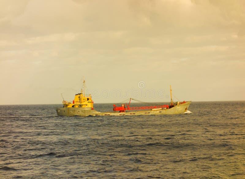 Ένα φορτηγό πλοίο δέσμευσε για St Vincent στα grenadine νησιά στοκ εικόνες
