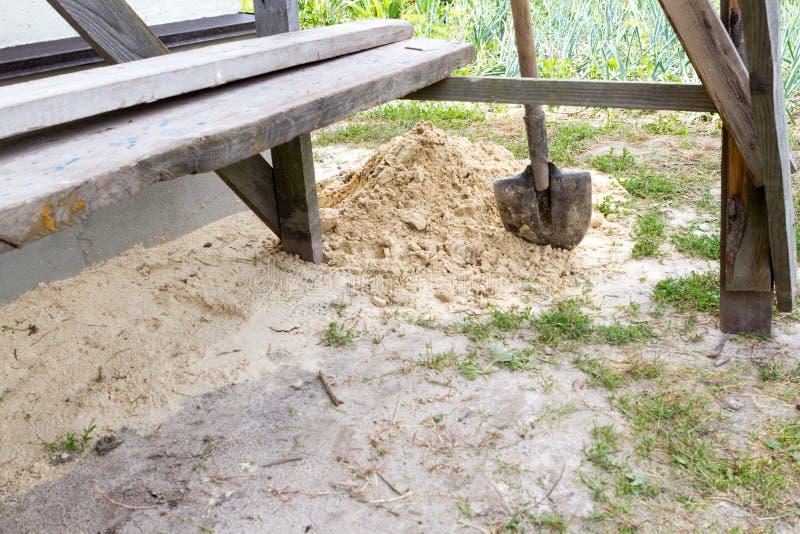 Ένα φτυάρι κατασκευής στην άμμο στοκ εικόνα με δικαίωμα ελεύθερης χρήσης