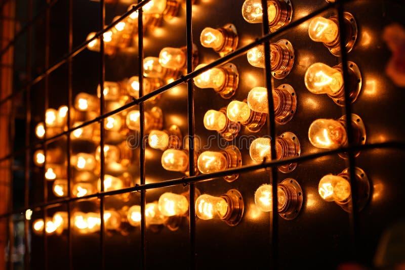 Ένα φωτεινό υπόβαθρο των φακών και των πορτοκαλιών βολβών στοκ εικόνες