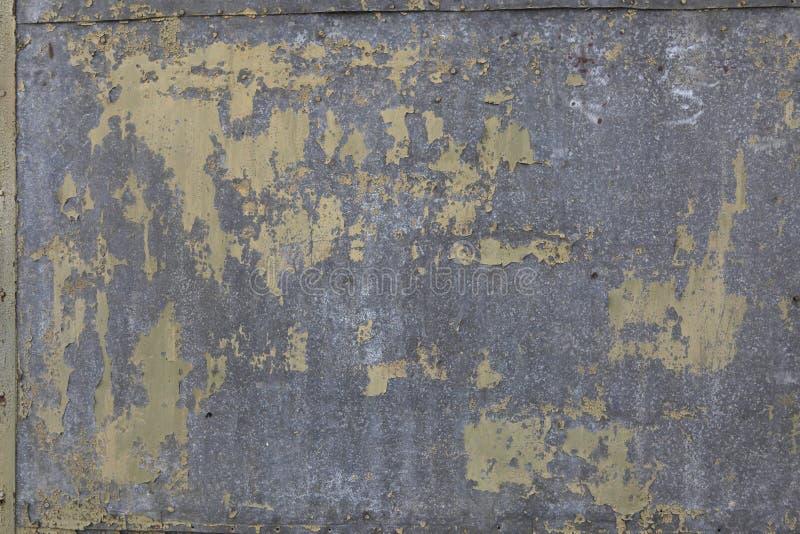 Ένα φύλλο παλαιού, χαλασμένο από τη διάβρωση του γαλβανισμένου χάλυβα με τα σημεία, εξασθενισμένο κιτρινοπράσινο χρώμα Υπόβαθρο γ στοκ εικόνες με δικαίωμα ελεύθερης χρήσης