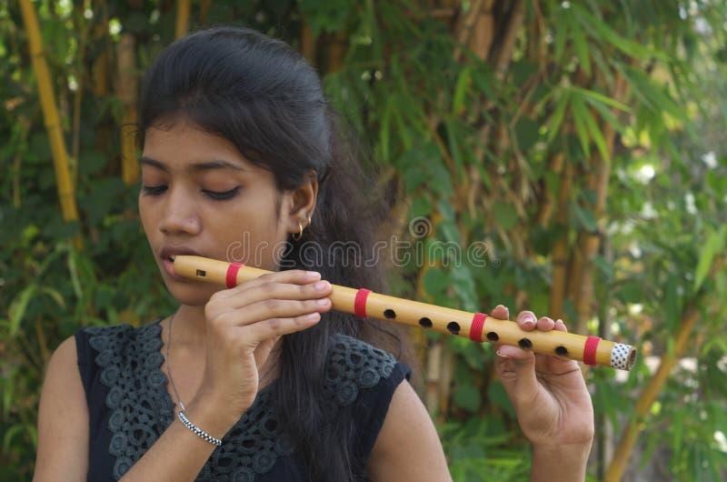 Ένα φλάουτο παιχνιδιού κοριτσιών στοκ φωτογραφία με δικαίωμα ελεύθερης χρήσης
