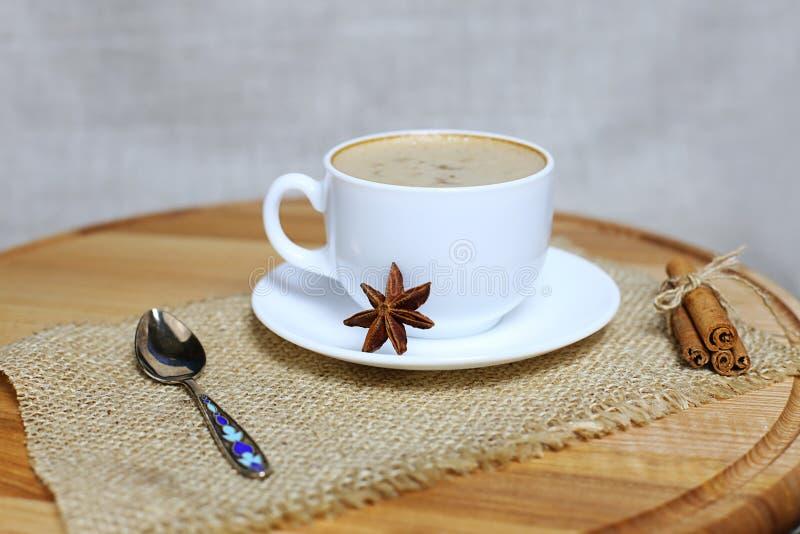 Ένα φλιτζάνι του καφέ με το γάλα, οργανικός καφές στοκ εικόνα