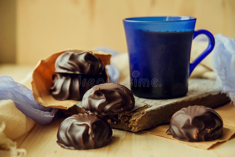 Ένα φλυτζάνι του καφέ latte με τα φασόλια και τα μπισκότα καφέ στοκ φωτογραφία με δικαίωμα ελεύθερης χρήσης