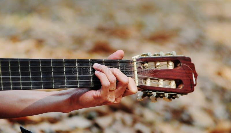 Ένα χέρι με την κιθάρα στοκ φωτογραφίες
