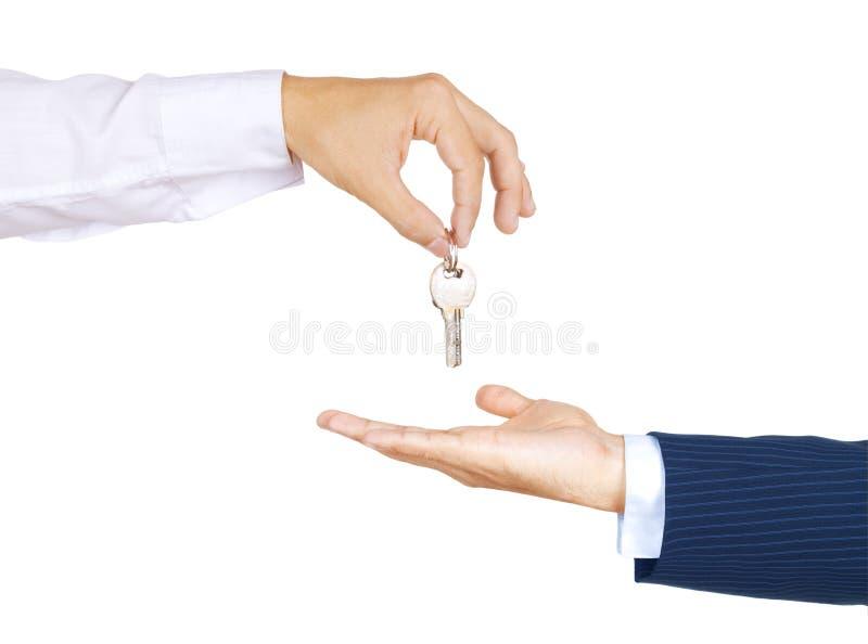 Ένα χέρι που δίνει ένα αυτοκίνητο κλειδώνει σε ένα άλλο χέρι στοκ εικόνες
