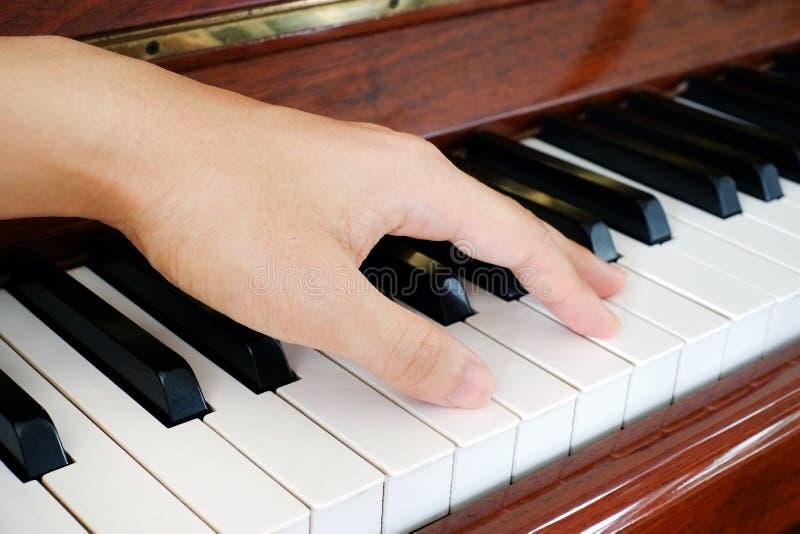 Ένα χέρι σε ένα πιάνο στοκ εικόνες