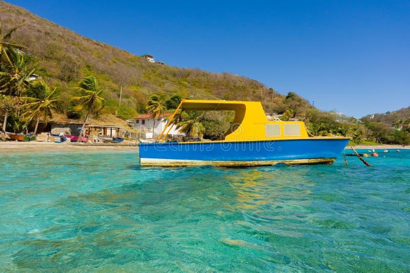 Ένα χέρι-χτισμένο ταχύπλοο σκάφος καμπινών στα προσήνεμα νησιά στοκ εικόνα