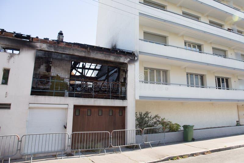 Ένα χαλασμένο σπίτι οικοδόμησης μετά από μια τυχαία πυρκαγιά στοκ εικόνες με δικαίωμα ελεύθερης χρήσης