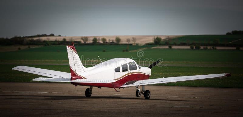 Ένα χαμηλό φτερωτό ιδιωτικό αεροπλάνο στοκ εικόνα με δικαίωμα ελεύθερης χρήσης