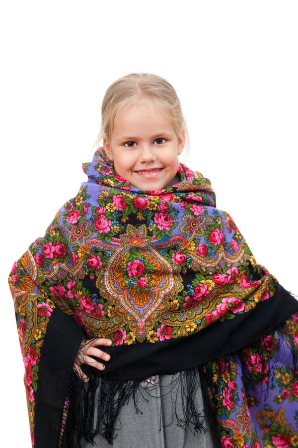 Ένα χαμογελώντας μικρό κορίτσι στο παραδοσιακό ρωσικό μαντίλι για το κεφάλι στοκ εικόνες με δικαίωμα ελεύθερης χρήσης