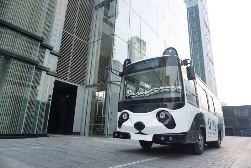 Ένα χαριτωμένο λεωφορείο panda εκτός από ένα σύγχρονο κτήριο στοκ φωτογραφίες με δικαίωμα ελεύθερης χρήσης