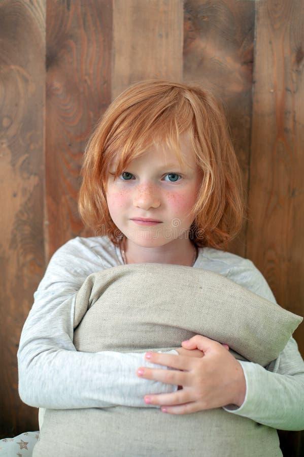 Ένα χαριτωμένο μικρό κορίτσι που αγκαλιάζει ένα μαξιλάρι στοκ εικόνες με δικαίωμα ελεύθερης χρήσης