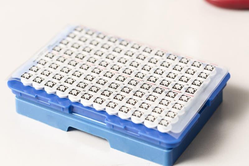 Ένα χημικό μπουκάλι δειγμάτων centrifuge Σύνολα δοκιμής σωλήνων φιαλιδίων για την ανάλυση στοκ εικόνα με δικαίωμα ελεύθερης χρήσης