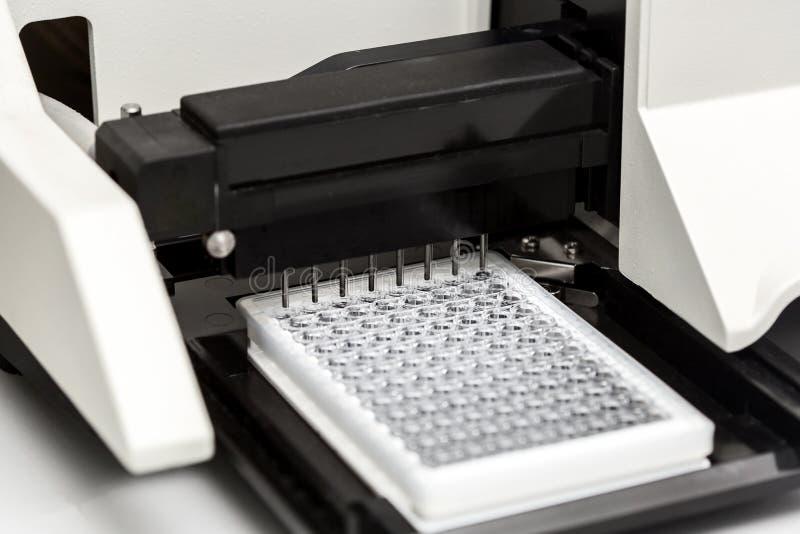 Ένα χημικό μπουκάλι δειγμάτων centrifuge Σύνολα δοκιμής σωλήνων φιαλιδίων για την ανάλυση στοκ φωτογραφίες