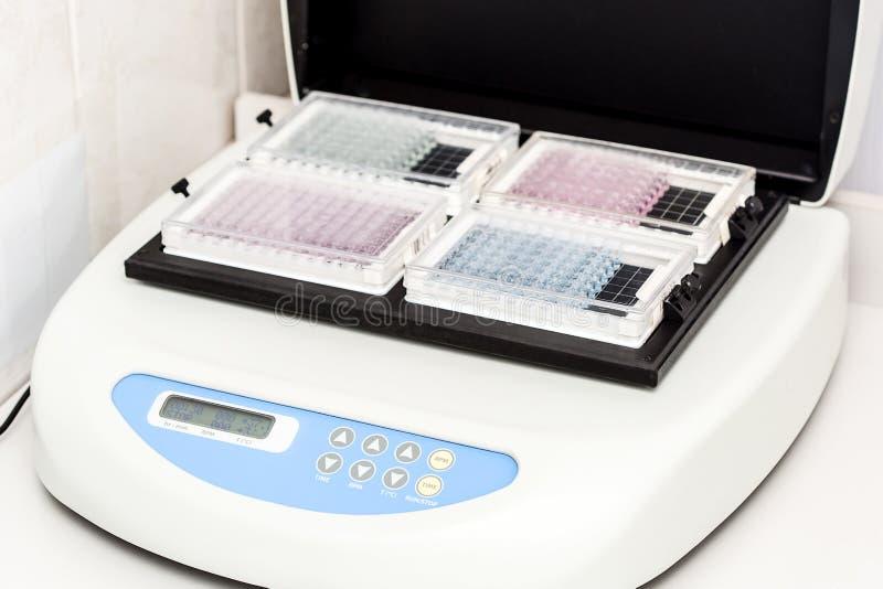 Ένα χημικό μπουκάλι δειγμάτων centrifuge Σύνολα δοκιμής σωλήνων φιαλιδίων για την ανάλυση στοκ εικόνες