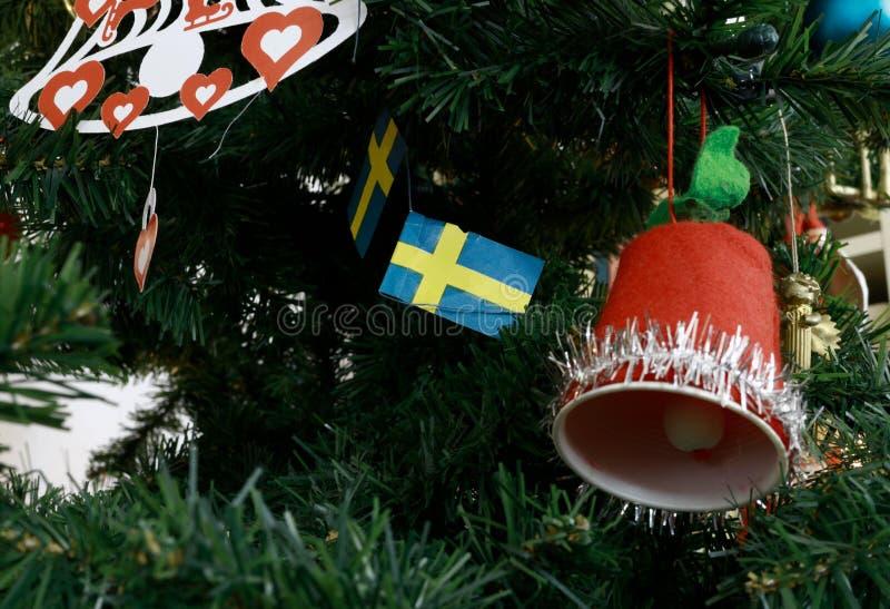 Ένα χριστουγεννιάτικο δέντρο που διακοσμείται με τις σουηδικές σημαίες στοκ φωτογραφίες