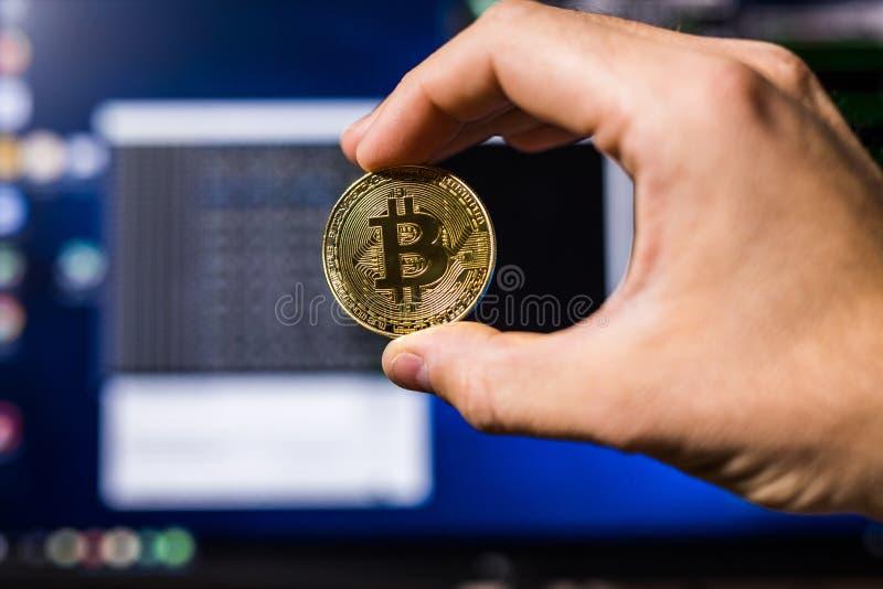 Ένα χρυσό bitcoin σε ένα χέρι γυναικών ` s σε ένα φωτεινό υπόβαθρο της κινηματογράφησης σε πρώτο πλάνο επιχειρησιακής γραφικής πα στοκ φωτογραφία με δικαίωμα ελεύθερης χρήσης