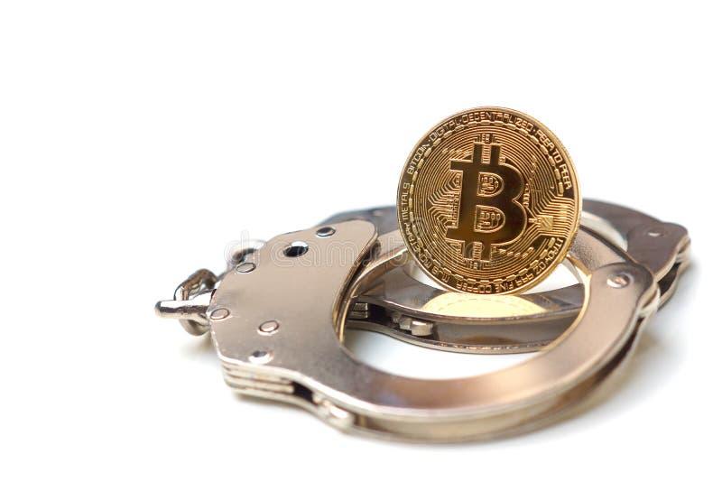 Ένα χρυσό bitcoin στις χειροπέδες στοκ εικόνες με δικαίωμα ελεύθερης χρήσης