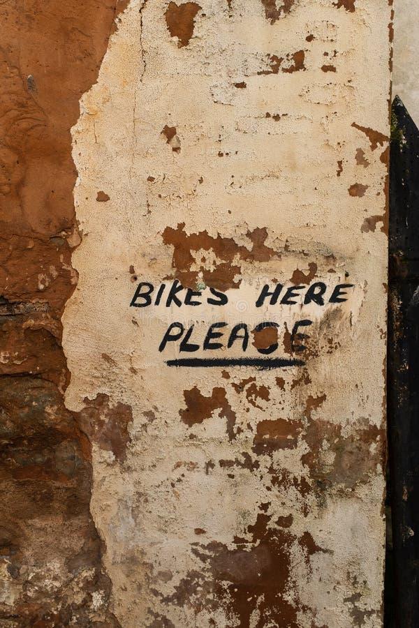 Ένα χρωματισμένο χέρι σημάδι επάνω πού να αφεθεί το ποδήλατό σας σε έν στοκ εικόνες με δικαίωμα ελεύθερης χρήσης