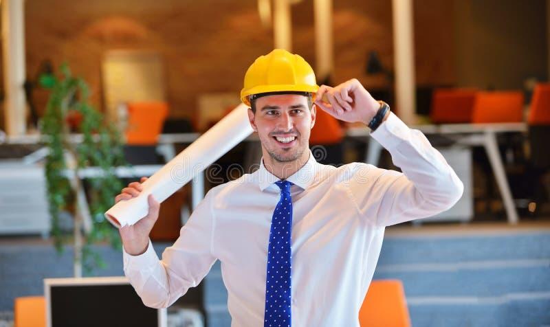 Ένα όμορφο άτομο επιχειρησιακής κατασκευής στο εργοτάξιο στοκ εικόνα