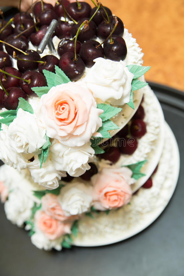 Ένα όμορφο γαμήλιο κέικ με τα τριαντάφυλλα στοκ φωτογραφία