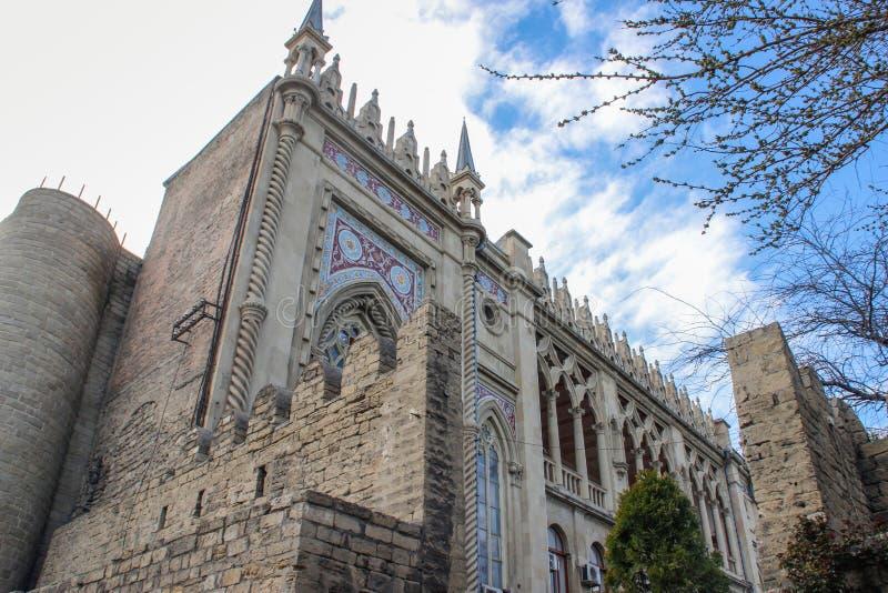 ένα όμορφο γοτθικό μεσαιωνικό κτήριο στο κέντρο της παλαιάς πόλης του κύριου Μπακού στοκ φωτογραφία με δικαίωμα ελεύθερης χρήσης