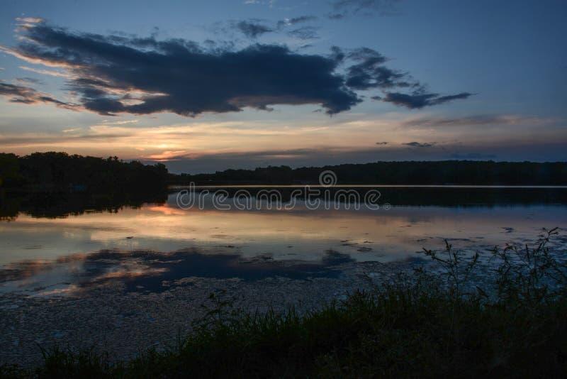 Ένα όμορφο ηλιοβασίλεμα στη λίμνη του Pierce στοκ φωτογραφίες με δικαίωμα ελεύθερης χρήσης