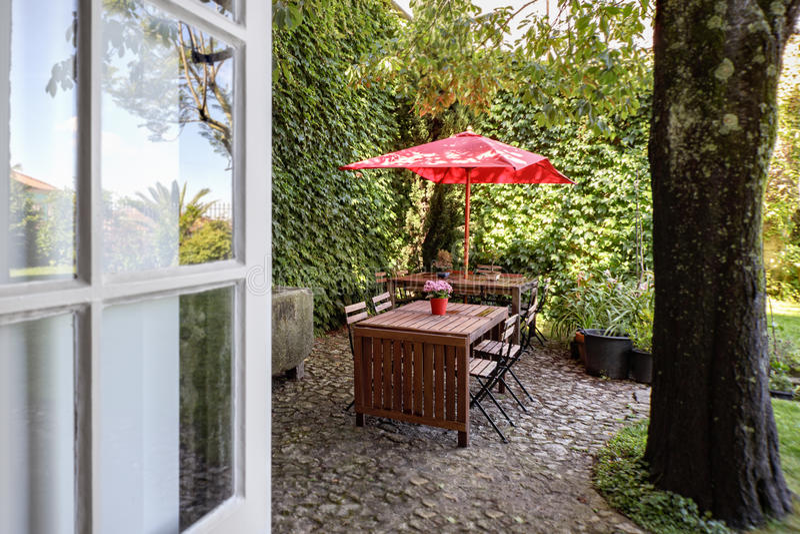 Ένα όμορφο δημαρχείο με έναν όμορφο κήπο στο Πόρτο κεντρικός στοκ εικόνες με δικαίωμα ελεύθερης χρήσης