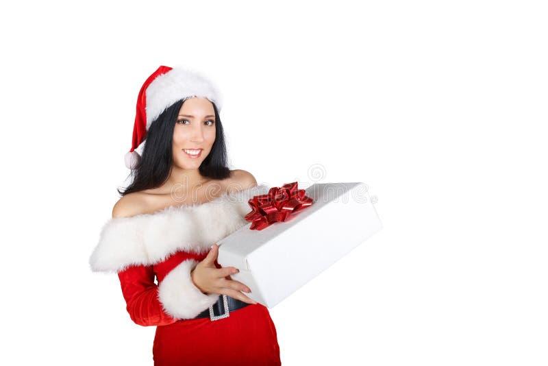 Ένα όμορφο κορίτσι έντυσε δεδομένου ότι Άγιος Βασίλης κρατά ένα κιβώτιο με ένα δώρο σε ένα άσπρο υπόβαθρο μονώσεις στοκ εικόνες με δικαίωμα ελεύθερης χρήσης
