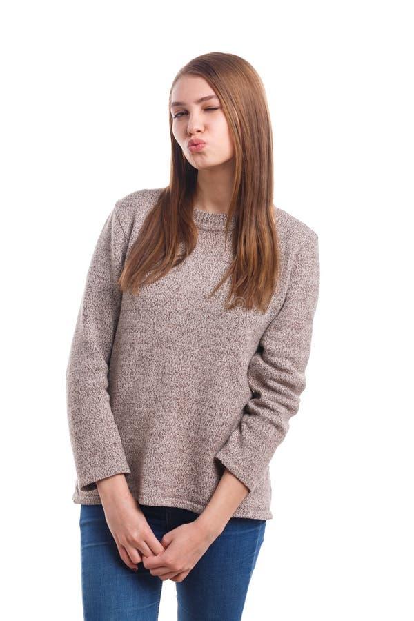 Ένα όμορφο κορίτσι έσφιγξε τα χείλια της και στέλνει ένα φιλί αέρα, που κλείνει ένα μάτι η ανασκόπηση απομόνωσε το λευκό στοκ εικόνα με δικαίωμα ελεύθερης χρήσης