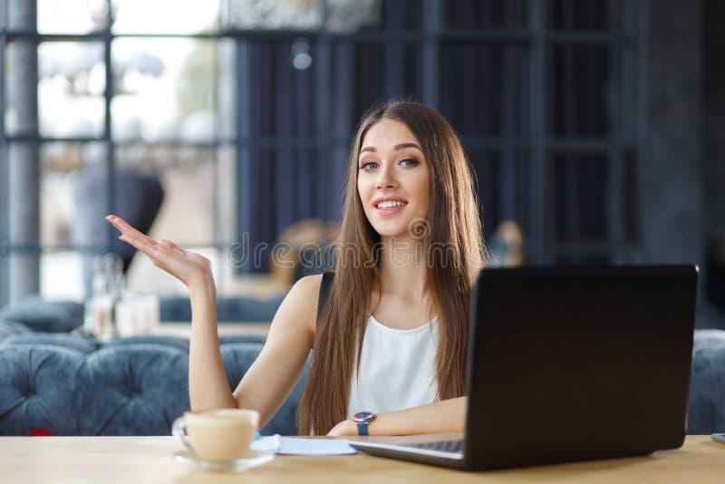 Ένα όμορφο κορίτσι εργάζεται στο γραφείο στοκ φωτογραφία