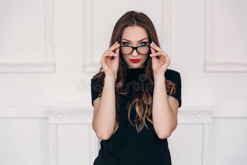 Ένα όμορφο κορίτσι με το καθαρό και υγιές δέρμα, φωτεινό χείλι makeup, φορά τα γυαλιά Νέο μοντέρνο πορτρέτο δασκάλων στοκ εικόνες με δικαίωμα ελεύθερης χρήσης