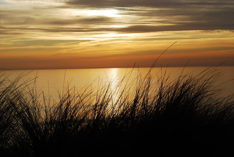 Ένα όμορφο κόκκινο ηλιοβασίλεμα πέρα από τον Ατλαντικό Ωκεανό στοκ εικόνα με δικαίωμα ελεύθερης χρήσης