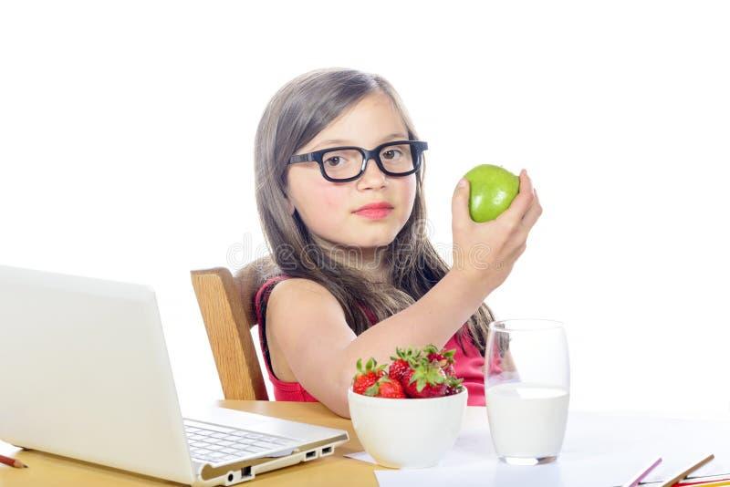 Ένα όμορφο μικρό κορίτσι με μακρυμάλλη τρώει ένα μήλο στοκ εικόνες με δικαίωμα ελεύθερης χρήσης