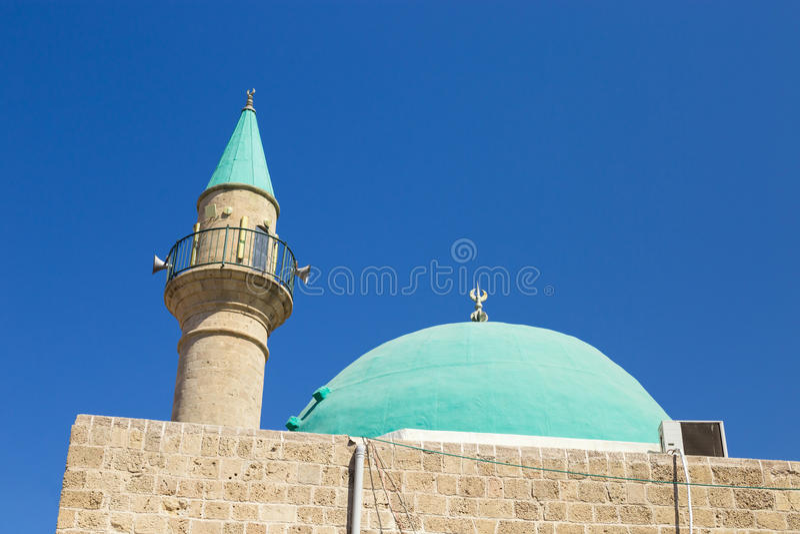 Ένα όμορφο μουσουλμανικό τέμενος Sinan Basha με τον πράσινο θόλο στην παλαιά πόλη ο στοκ φωτογραφία με δικαίωμα ελεύθερης χρήσης