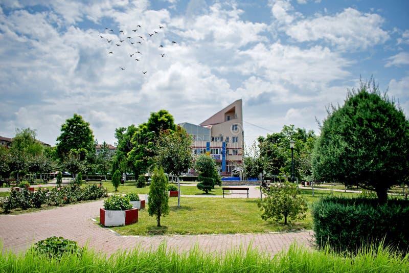 Ένα όμορφο πάρκο με την αφθονία της πρασινάδας από μια μικρή πόλη στην Ευρώπη Μια καυτή θερινή ημέρα στοκ εικόνα με δικαίωμα ελεύθερης χρήσης