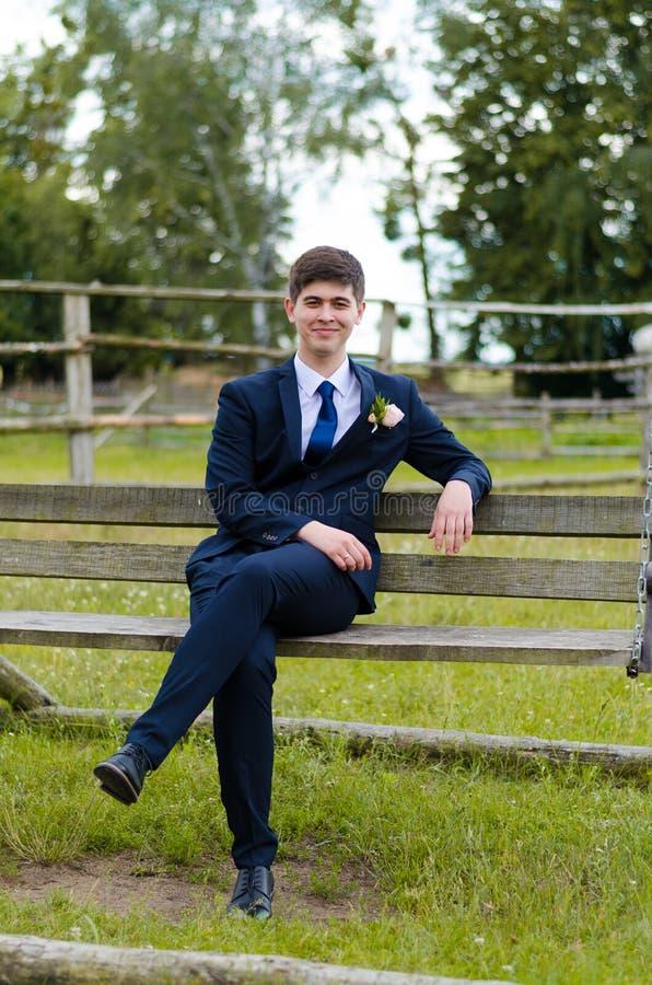 Ένα όμορφο παντρεμένο ζευγάρι στο γάμο ντύνει, θέτοντας για έναν πυροβολισμό φωτογραφιών σε ένα της Λευκορωσίας χωριό Πράσινη ανα στοκ εικόνες με δικαίωμα ελεύθερης χρήσης
