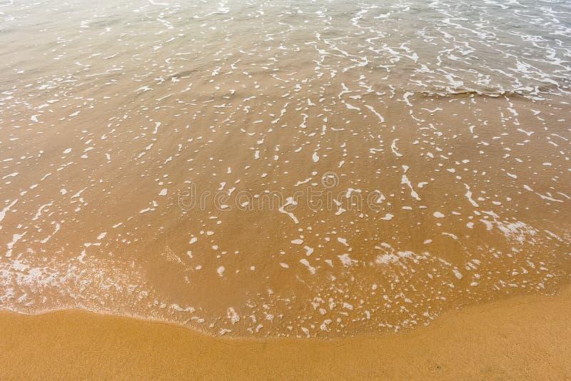 Ένα όμορφο σχέδιο του θαλάσσιου νερού με τον αφρό δημιούργησε μετά από συγκρούεται εν πλω ακτή κυμάτων θαλάσσιου νερού στοκ φωτογραφία