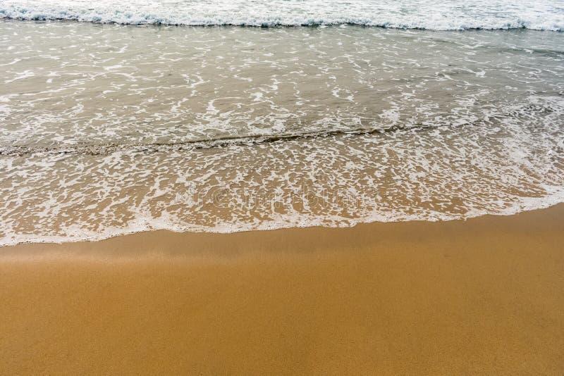 Ένα όμορφο σχέδιο του θαλάσσιου νερού με τον αφρό δημιούργησε μετά από συγκρούεται εν πλω ακτή κυμάτων θαλάσσιου νερού στοκ εικόνες