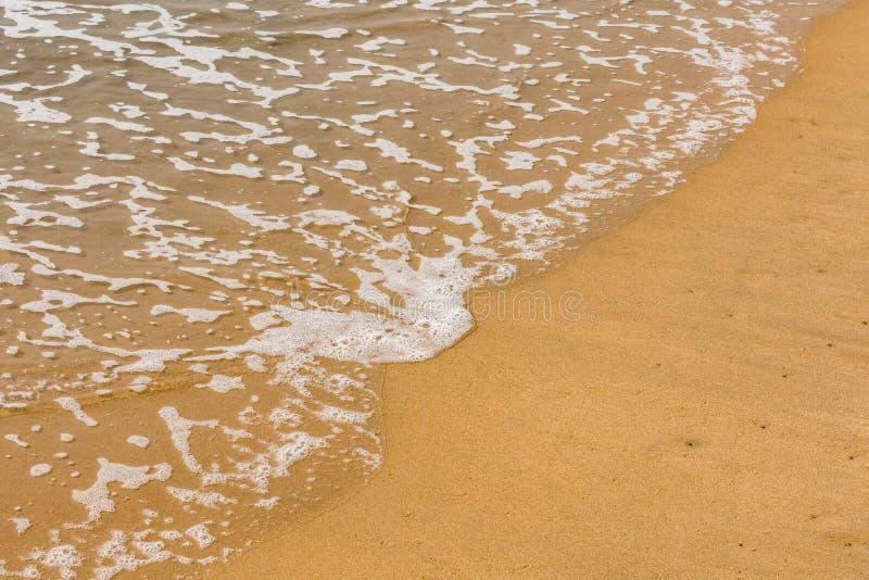 Ένα όμορφο σχέδιο του θαλάσσιου νερού με τον αφρό δημιούργησε μετά από συγκρούεται εν πλω ακτή κυμάτων θαλάσσιου νερού στοκ εικόνα
