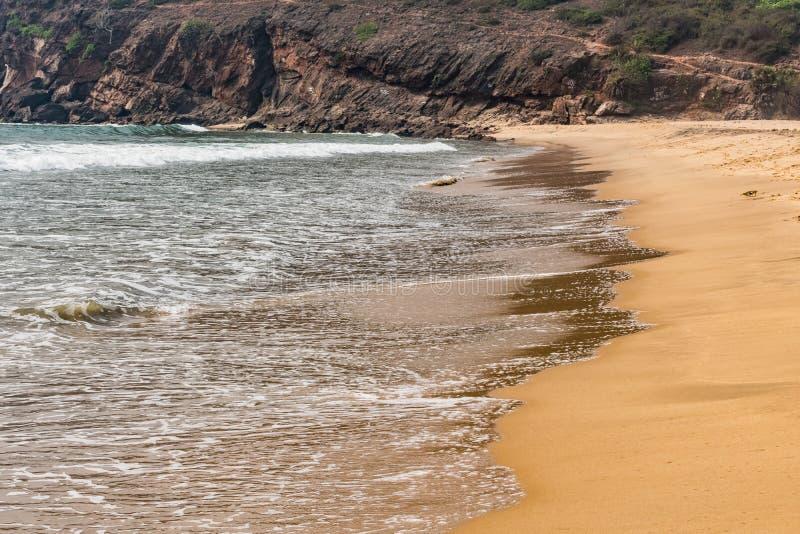 Ένα όμορφο σχέδιο του θαλάσσιου νερού με τον αφρό δημιούργησε μετά από συγκρούεται εν πλω ακτή κυμάτων θαλάσσιου νερού στοκ εικόνα με δικαίωμα ελεύθερης χρήσης
