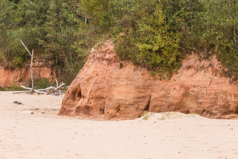 Ένα όμορφο τοπίο παραλιών με έναν ψαμμίτη ανασκάπτει Πορτοκαλιά ακτή ψαμμίτη στη θάλασσα της Βαλτικής στοκ φωτογραφίες