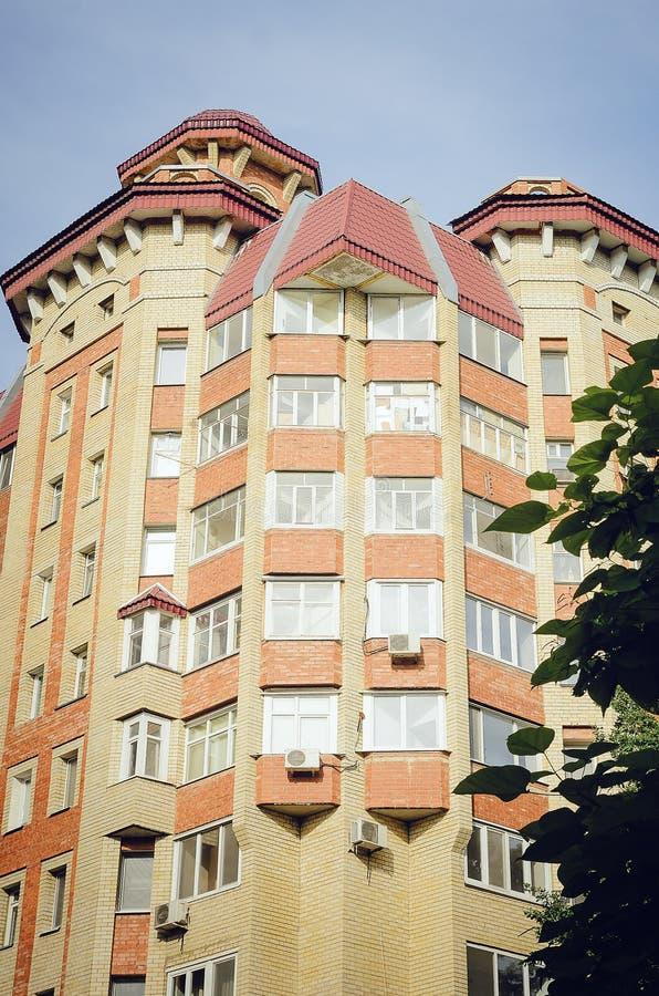 Ένα όμορφο multi-storey σπίτι του κόκκινου και άσπρου τούβλου, στοιχεία ενός σύγχρονου νέου κατοικημένου κτηρίου στοκ φωτογραφία με δικαίωμα ελεύθερης χρήσης